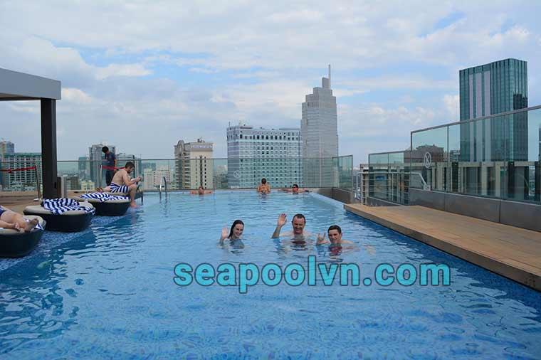 Bể bơi trên sân thượng của hotel De Arts Saigon