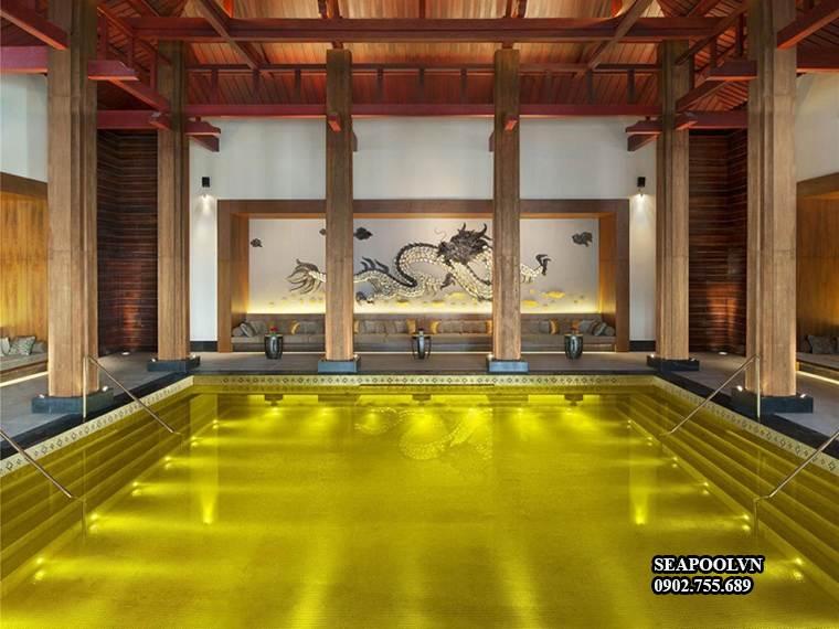 Hồ Bơi được Thiết Kế Dát Mạ Vàng Xung Quanh