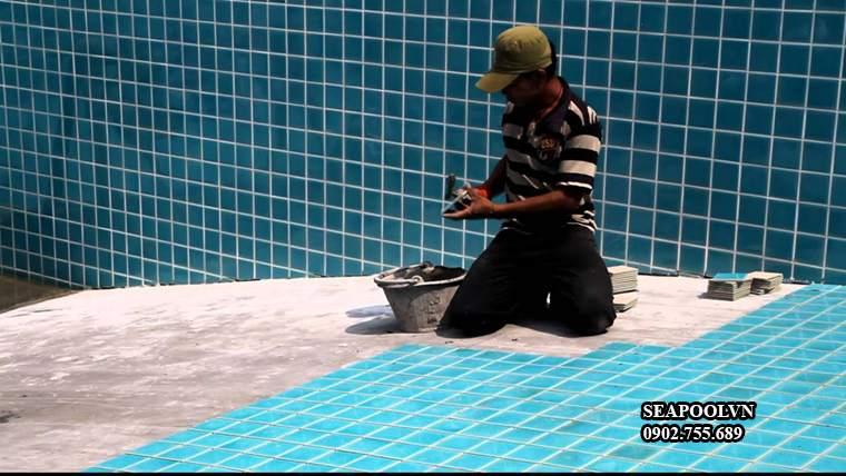Thi Cong Op Gach Mosaic Ho Boi
