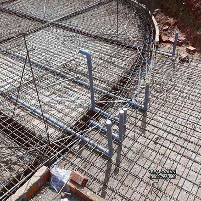 Kết cấu thép được đan theo thiết kế và bố trí đường ống theo yêu cầu hiện nay