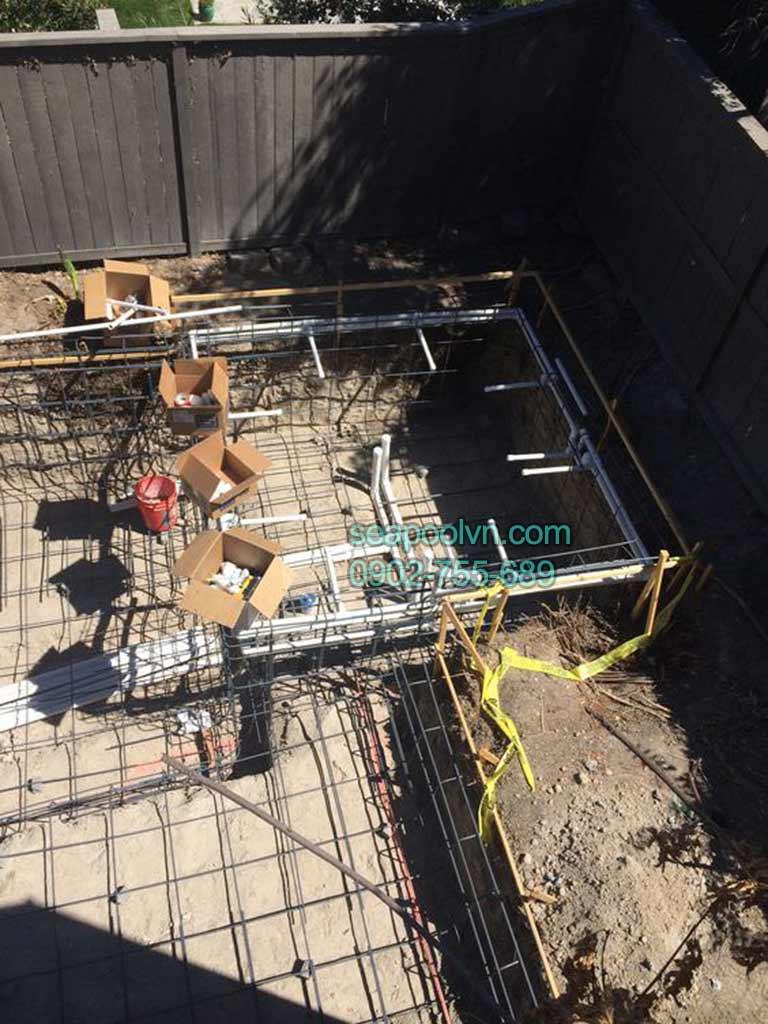 Thi công đường ống bên dưới thép kết nối thiết bị lọc và máy bơm nước